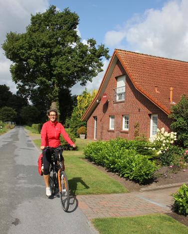 Gut ausgebaute Radwege und wenig befahrene Nebenstraße kennzeichnen die 170 Kilometer lange Ammerlandroute. (Foto: Ulrike Katrin Peters)