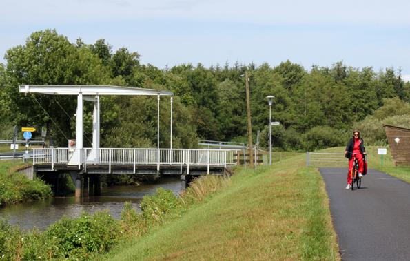 Die markante Klappbrücke liegt am Knotenpunkt der Ammerland- und der Feehnroute. (Foto: Ulrike Katrin Peters)