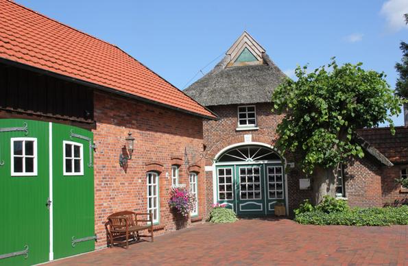 Überall entlang der Ammerlandroute finden sich prächtige Bauerhöfe und mit Reet gedeckte Häuser. (Foto: Ulrike Katrin Peters)