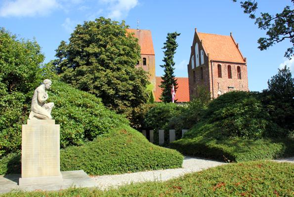 Das Wahrzeiuchen von Wiefelstede ist die markante Kirche. (Foto: Ulrike Katrin Peters)