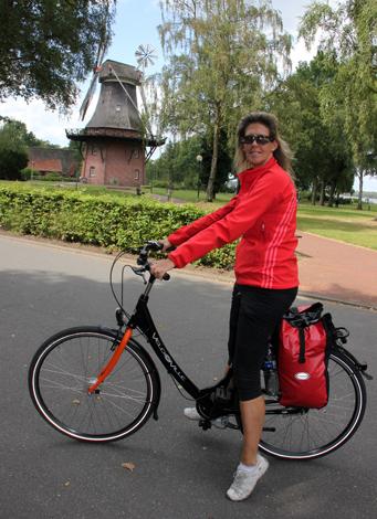 In Boken begrüßt eine gut erhaltene Windmühle die Radfahrer. (Foto: Ulrike Katrin Peters)