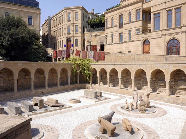 Überall in Baku finden sich Zeugnisse der Teppichlnüfkunst - sogar am Marktplatz in der Altstadt.