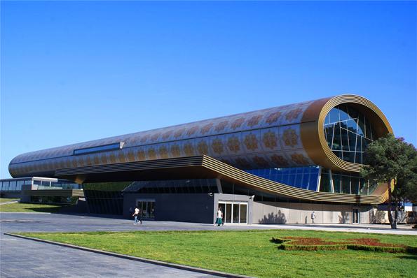Neuer Blickfang in Aserbaidschans Hauptstadt Baku: Das Teppichmuseum, des Äußeres an einen aufgerollten Teppich gemahnt.