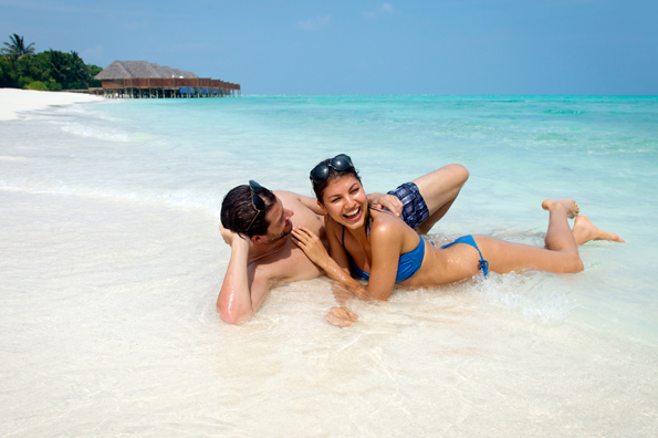 Kristall klares, ürkisblaues Wasser und herrlcihe Strände prägen Das Rangali Resort.
