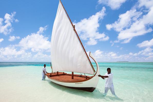 Mit einem traditionellen Dhoni lässt sich die Inselwelt des Ari Atolls erkunden. (Fotos: Conrad Maledives Resort)