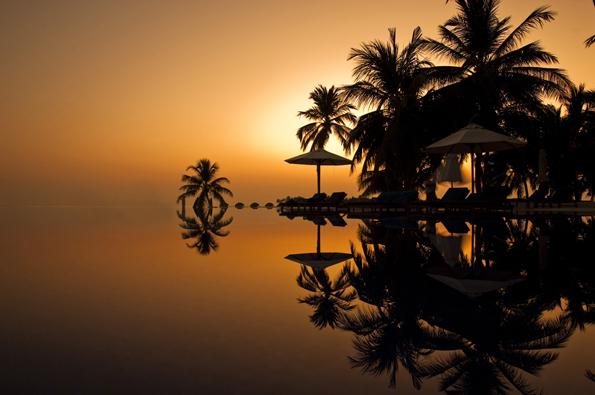 Prächtiger Sonnenuntergang über der Poollandschaft  von Rangali.