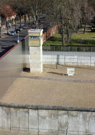 Auf dem Areal der Gedenkstätte befindet sich das letzte Stück der Berliner Mauer, das in seiner Tiefenstaffelung erhalten geblieben ist und einen Eindruck vom Aufbau der Grenzanlagen Jahre vermittelt. (Foto Karsten-Thilo Raab)