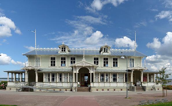Erinnert an die glanzvollen Tage als Seerbad: Der alt-ehrwürdige Kursaal in Haapsalu.