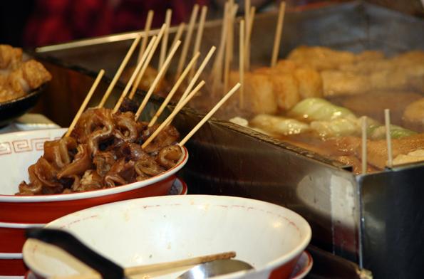 In den Imbissstunden im japanischen Fukuoka kommt vor allem Frittiertes auf den Tisch. (Foto: Karsten-Thilo Raab)
