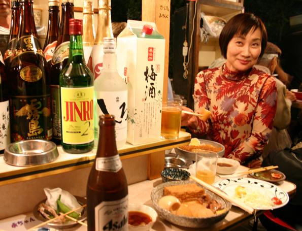 An den Imbissständen von Fukuoka kommen Einheimische und Fremde schnell miteinander ins Gespräch. (Foto Karsten-Thilo Raab)