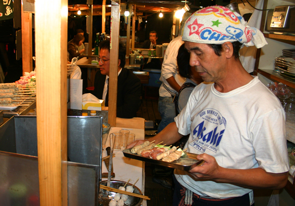 Die Imbissbetreiber sind nicht nur als Küchenchefs gefragt, sondern auch als Kuppler und Seelentröster. (Foto: Karsten-Thilo Raab)