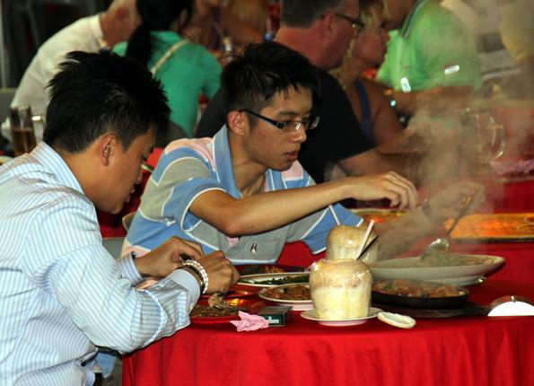 Die Gastronomie-Szene in Taiping setzt in punkto Mobiliar häufig auf Plastik. Dafür haben Restaurants zumeist auch keine Außenwände. (Foto: Karsten-Thilo Raab)