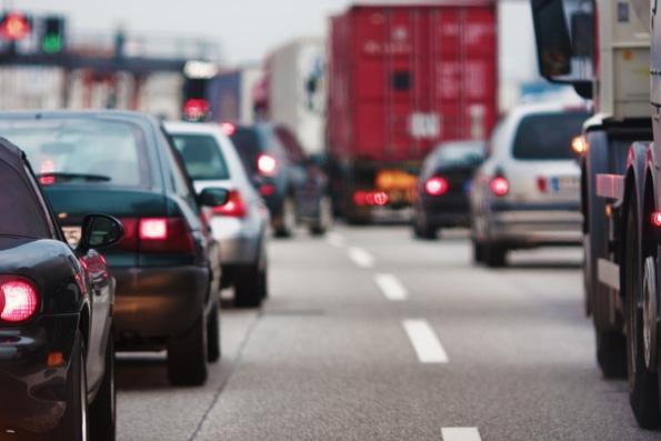 Phänomen Stau: Zu wenig Straße für zu viele Autos.