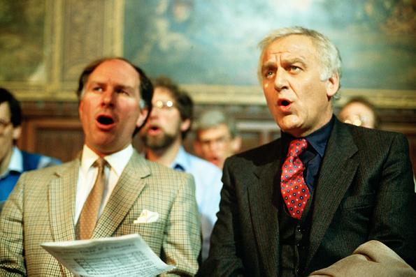 """John Thaw drückt Inspector Morse (rechts)  in """"Der Tote von Jericho"""" die Kirchenbanl."""