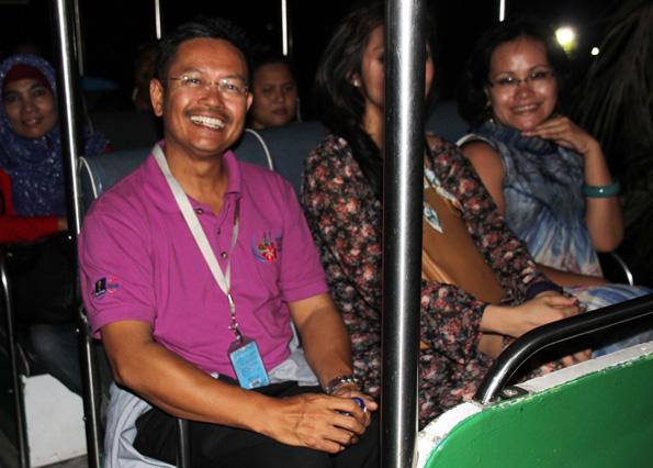 Zu Fuß oder mit dem Elektrombil geht es auf die nächtliche Tour durch den Zoo in Taiping. (Foto: Karsten-Thilo Raab)