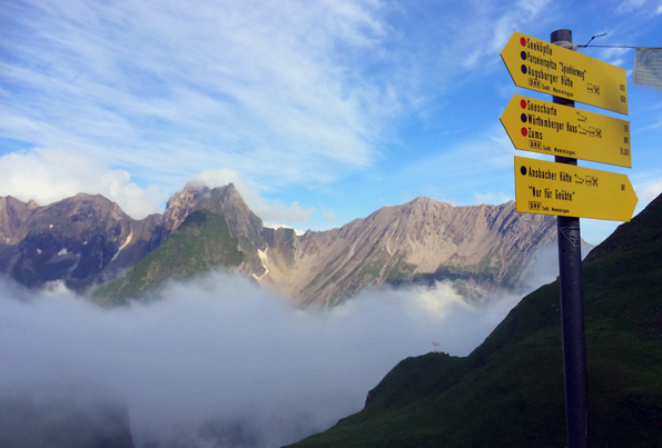 Selbst auf 2.000 Metern Höhe mangelt es nicht an einer guten Beschilderung. (Foto: Tedda Roosen)