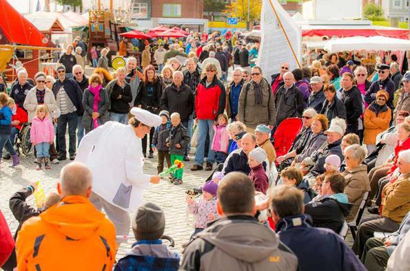 """""""Smutje & Matjes"""" begeistern mit ihrem Auftritt die Besucher des Erlebnishafens im Rahmen von Kurs Föhr. (Fotos: Föhr Tourismus)"""