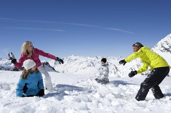 In der schneesicheren Tiroler Bergwelt darf eine zünftige Schneeballschlacht nicht fehlen. (Foto Laurin Moser)