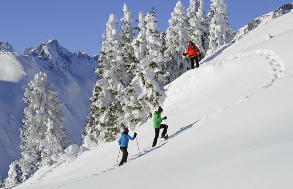 """Zum """"Winterzauber am Berg"""" in Tirol gehören auch  entspannte Schneeschuhwanderungen. (Foto Josef Mallaun)"""