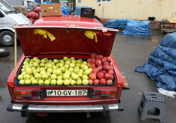 Mobiler Apfelverkäufer in Baku. (Foto: Karsten-Thilo Raab)