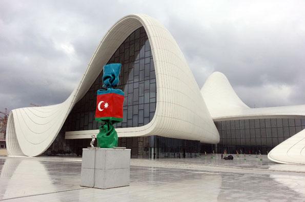 Architektonischer Blickfang in Baku: das Heydar Aliyev Museum. (Foto Karsten-Thilo Raab)