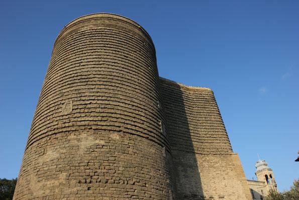 Landmarke in der historischjen Altstadt von Baku: der eigenwillig geformte Jungfrauenturm. (Foto: Karsten-Thilo Raab)