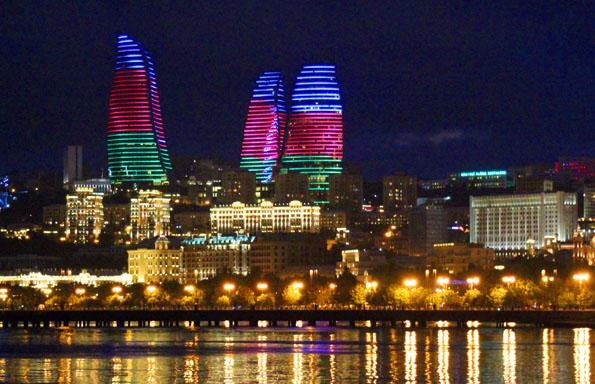 Wahrzeichen von Aserbaidschan: Die abendliche in den Farben der Landesfahne illuminierten Flame Towers in Baku. (Copyright Karsten-Thilo Raab)