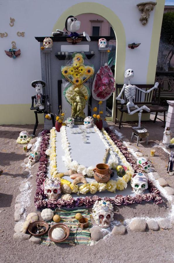 Neben dem ungewöhnlichen Grabschmuck gehört auch ein Picknick am Grab für viele Mexikaner zum Día de los Muertos.