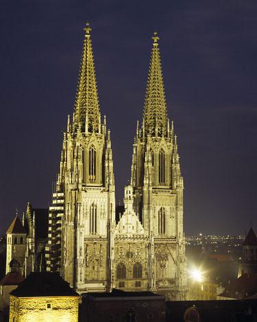 Bei Dunkelheit wirkt der über hundert Meter hohe Dom St. Peter besonders imposant und mystisch.