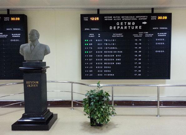 Eine AKKREDITƏ KARTI kann am Heydar Aliyev Flughafen schon mal für Aufregung sorgen. (Foto: Karsten-Thilo Raab)
