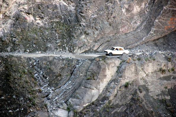 Enge, geschotterte Pisten führen am Felsrand entlang durch den Kaukasus. (Foto: Karsten-Thilo Raab)