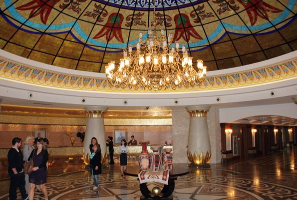 Pberaus imposant ist die Eingangshalle des Kempinski Hotel Badamdar in Baku. (Foto Karsten-Thilo Raab)