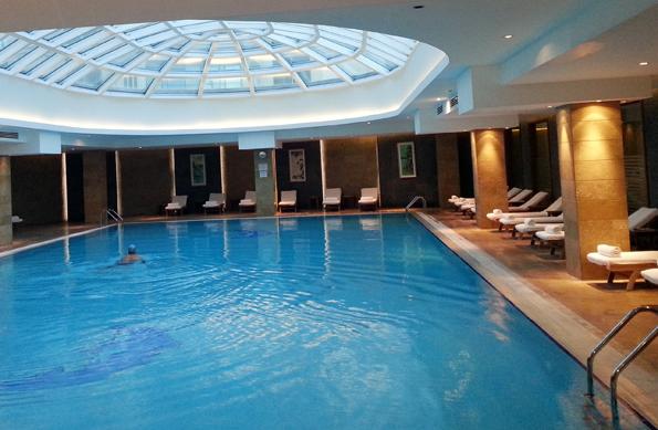 Überaus einladend: Der vom Tageslicht erhellte Pool im Untergeschoss des Kempinski Hotel Badamdar. (Foto Karsten-Thilo Raab)