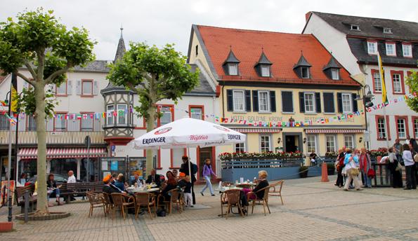 Charmant und einladend präsentiert sich der Marktplatz des Rheinstädtchens. (Foto: Karsten-Thilo Raab)