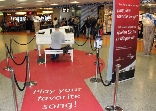 Über den roten Teppich kann der geneigte Fluggast an das Piano treten, um ein kleines öffentliches Konzert zu geben. (Foto: Karsten-Thilo Raab)