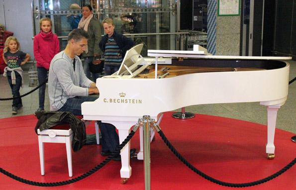 Im Terminal 1 des Frankfurter Flughafens können Passagiere ihre musikalisches Talent am Piano unter Beweis stellen. (Foto: Karsten-Thilo Raab)