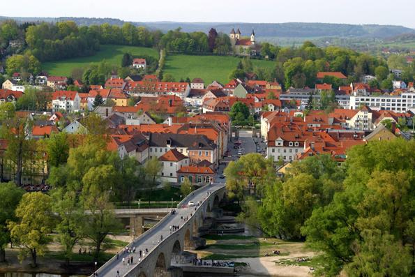 Idyllisch liegt Stadtamhof auf der nördlichen Seite der Donau. Die Steinerne Brücke verbindet den Stadtteil, der wie die Regensburger Altstadt zum UNESCO-Welterbe gehört, mit der Domstadt.