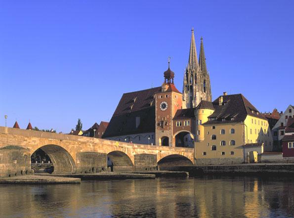 Die Wahrzeichen von Regensburg: die Steinerne Brücke und der Dom St. Peter.