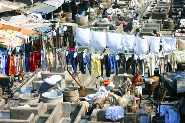 Im Dhobi Ghat finden sich Waschbecken und Wäsche soweit das Auge reicht. (Foto Karsten-Thilo raab)