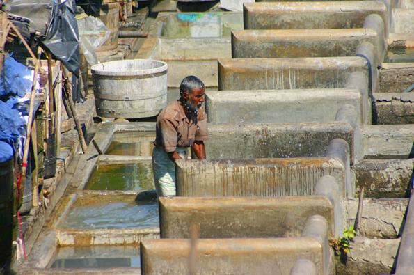 Die begehrten Arbeitsplätze als Wäschewäscher im Dhobi Ghat werden oft vom Vater an den Sohn weitergegeben. (Foto: Karsten-Thilo Raab)