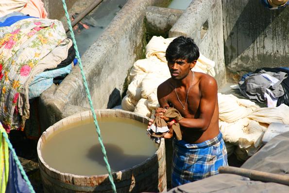 Die runden Holzzuber werden mit Holz geheizt, um die Wäsche kochen zu können. (Foto: Karsten-Thilo Raab)