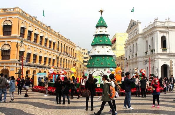 Auf Macaus prächtigem Senatsplatz wird zur Weihnachtszeit ein künstlicher Weihnachtbaum errichtet.