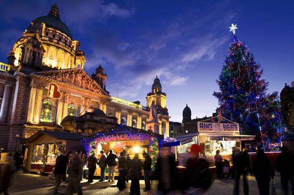 An der berühmten City Hall in Belfast steigt wieder eine stimmungsvoller Weihanchtsmarkt. (Foto NITB)