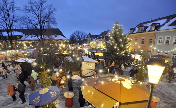 Budenzauber auf dem Weihnachtsmarkt in Radebeul. (Foto Volkmar Heinz)