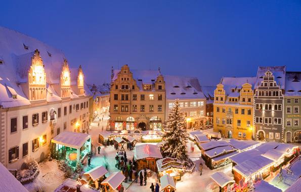 Zuckerbäckertraum in Sachsen: Der verschneite Weihnachtsmarkt in der Altstadt von Meißen. (Foto Daniel Bahrmann)