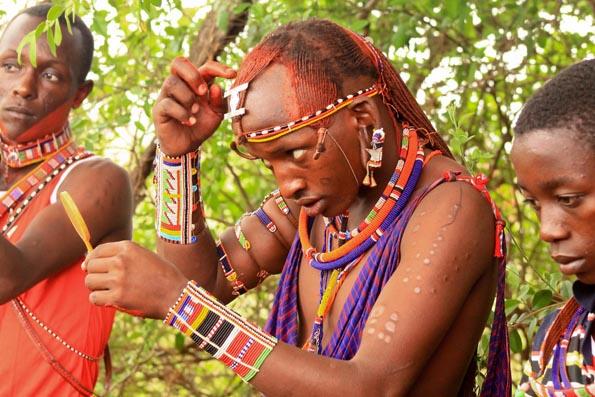 Gerne tragen die Maasai bei den Wettkämpfen ihre traditionelle Kleidung und ihren traditionellen  Schmuck. (Foto Big Life Foundation)