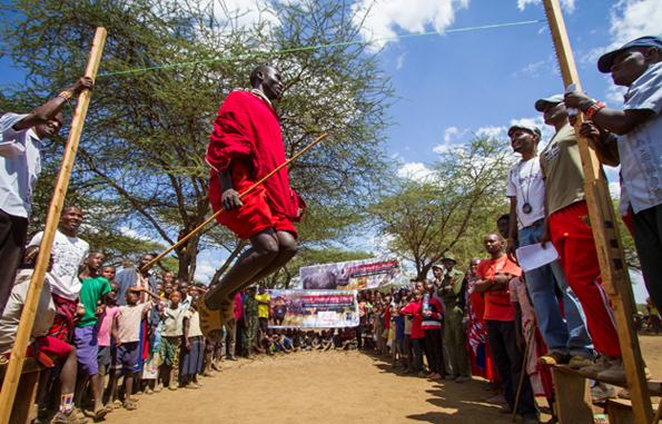 Hochsprung aus dem Stand nach dem Vorbild traditioneller Tänze darf bei den Maasai Olympics nicht fehlen.