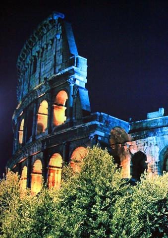 Auch nach Einvruch der Dunkelheit eine Augenweide: Das Kolosseum.
