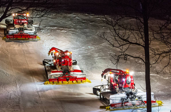 Mit 390 PS unter der Haupe geht es mit den roten Pistenraupen ab 16 Uhr auf den Grubigstein, um die Pisten für den nächsten Skitag zu präparieren. (Foto:  Frozenlights)