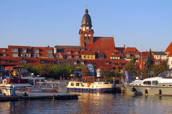 Die Kleinstadt Waren präsentiert sich nicht nur vom Wasser aus äußerst charmant und einladend. (Foto Gunther Schnatmann)